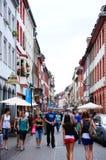 Folket går på den tätbefolkade gatan på Heidelberg Arkivfoton