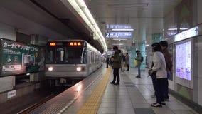 Folket går på drevstationen i Nagano, Japan stock video