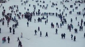 Folket går på en festlig vinterdag på fyrkanten