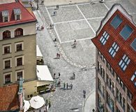 Folket går på marknadsfyrkanten i Wroclaw, bästa sikt Arkivbilder