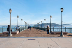 Folket går på pir 7, San Francisco, Kalifornien Royaltyfria Foton