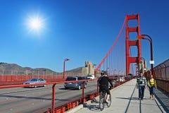 Folket går på vandringsledet för den guld- porten, San Francisco Arkivfoto