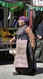 Folket går runt om den Jokhang templet i Tibet Arkivbild
