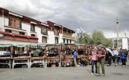 Folket går runt om den Jokhang templet i Tibet Royaltyfria Foton