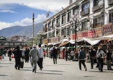 Folket går runt om den Jokhang templet i Tibet Arkivbilder