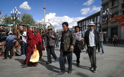 Folket går runt om den Jokhang templet i Tibet Arkivfoton