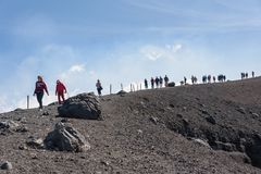 Folket går runt om den Moun Etna krater Arkivfoto