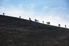 Folket går runt om den Moun Etna krater Arkivbild