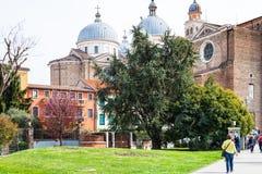 Folket går till basilikan av Santa Giustina Arkivbild