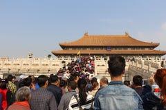 Folket går till Forbiddenet City i Kina Trappa 3 royaltyfri bild