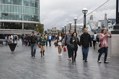 Folket går till och med den Leicester fyrkanten efter regn Arkivfoton