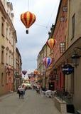 Folket går vid den gamla staden i Lublin, Polen Arkivbild