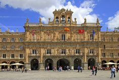 Folket går vid den huvudsakliga fyrkanten i Salamanca arkivbild