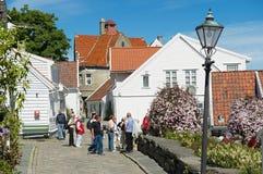 Folket går vid gatan i Stavanger, Norge Arkivbilder