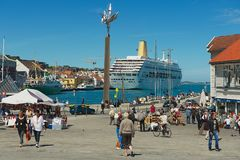 Folket går vid sjösidagatan i Stavanger, Norge royaltyfri fotografi