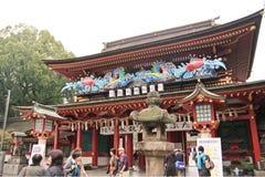 Folket gör merit och välsignar för godheten i den Dazaifu tenmanguen Arkivbilder