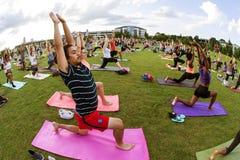 Folket gör yoga poserar i grupp för Atlanta gruppyoga Fotografering för Bildbyråer
