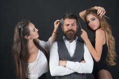 Folket g?r frisyr, f?r?lskelsef?rbindelse, kamratskap arkivbild