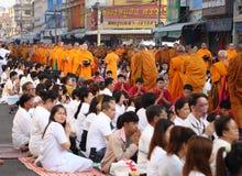 Folket ger matofferings till 12.357 buddistiska munkar Fotografering för Bildbyråer