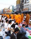 Folket ger matofferings till 12.357 buddistiska munkar Royaltyfria Bilder