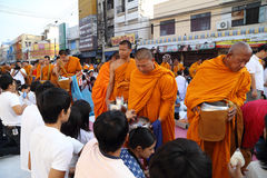 Folket ger matofferings till 12.357 buddistiska munkar Royaltyfri Fotografi
