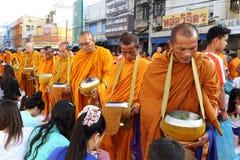 Folket ger matofferings till munkar Royaltyfri Bild