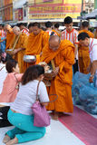 Folket ger matofferings till munkar Royaltyfria Foton