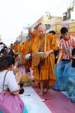 Folket ger matofferings till munkar Arkivbilder