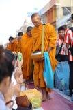 Folket ger matofferings till munkar Fotografering för Bildbyråer