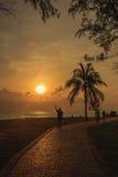 Folket gjorde deras aktiviteter i parkera nära havet i morgon; Songkhla landskap, Thailand Arkivfoto