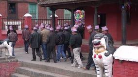 Folket grupperar att fira i den Katmandu gatan Bröllopfestival stock video
