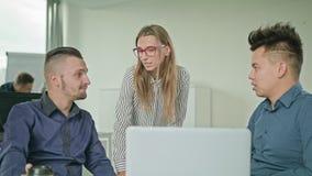 Folket grupperar genom att använda bärbara datorn i modernt startup kontor royaltyfri fotografi