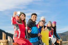 Folket grupperar med snowboarden och Ski Resort Snow Winter Mountain det gladlynta tagande Selfie fotoet arkivfoton