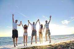 Folket grupperar running på stranden arkivfoton