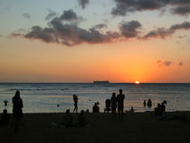 Folket håller ögonen på dramatisk solnedgång på den San Souci stranden Fotografering för Bildbyråer