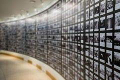 Folket håller ögonen på fotografiet eller avbildar i gallerimuseum Arkivbilder