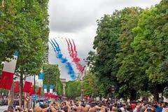 Folket håller ögonen på franska Patrouille de Frankrike Arkivbild