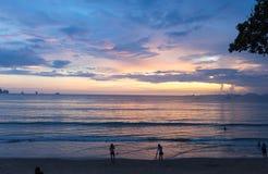 Folket håller ögonen på stranden royaltyfri bild