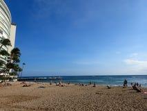 Folket håller till och spelar i vatten på den Kaimana stranden Fotografering för Bildbyråer