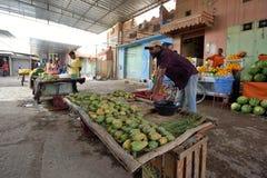 Folket handlar nya frukter i marknad i Rissani, Marocko Arkivfoto