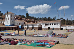 Folket handlar traditionella souvenir i Chinchero, Peru Royaltyfri Fotografi