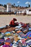 Folket handlar traditionella souvenir i Chinchero, Peru Royaltyfria Foton