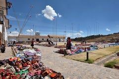 Folket handlar traditionella souvenir i Chinchero, Peru Royaltyfri Bild
