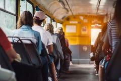 Folket har en transport för ritt offentligt från arbetet på solnedgångtid Fotografering för Bildbyråer