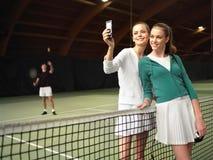 Folket har en vila efter tenis s Fotografering för Bildbyråer