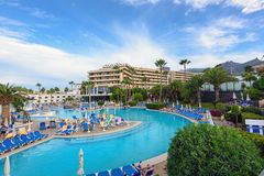 Folket har en vila nära simbassäng av det Iberostar hotellet på den Tenerife ön Arkivbilder