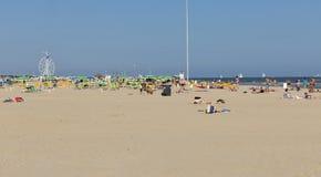 Folket har en vila på den sandiga stranden i Rimini, Italien Royaltyfri Fotografi