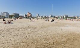 Folket har en vila på den sandiga stranden i Rimini, Italien Royaltyfria Bilder