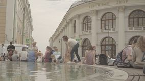 Folket har en vila runt om springbrunnen nära Gostinniyen Dvor i Moskva stock video