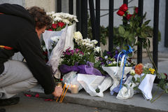 Folket i Belgrade ger sin hyllning till offren i Paris Royaltyfria Bilder